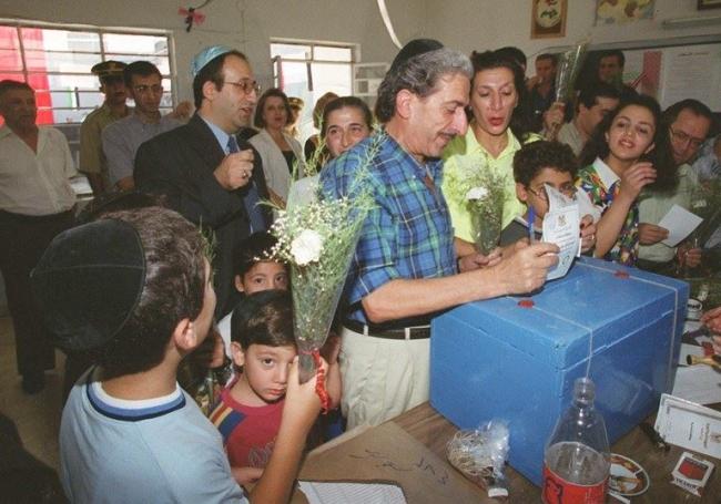 Damascus, Syrian Jews vote for Bashar al-Assad in July 2000.jpg